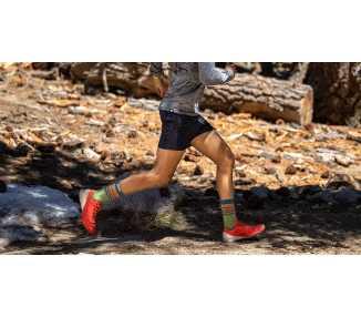 Photo de traileur portant des chaussettes à cinq doigts INJINJI TRAIL Midweight Crew