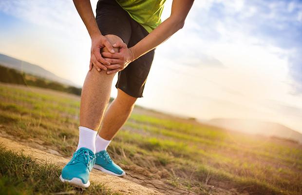 photo d'un coureur se tenant le genoux à cause de douleurs