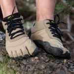 Une paire de FiveFingers V-Trek, un modèle de chaussure minimaliste prévu pour la marche
