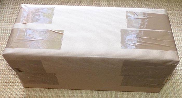 Réalisation d'un colis de 5doigts2pieds.fr pour l'envoi d'une paire de Vibram FiveFingers (simplement avec du papier Kraft)