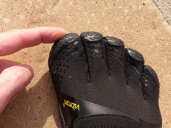 Enfiler des FiveFingers : il faut qu'au moins un orteil aille jusqu'au bout de sa poche