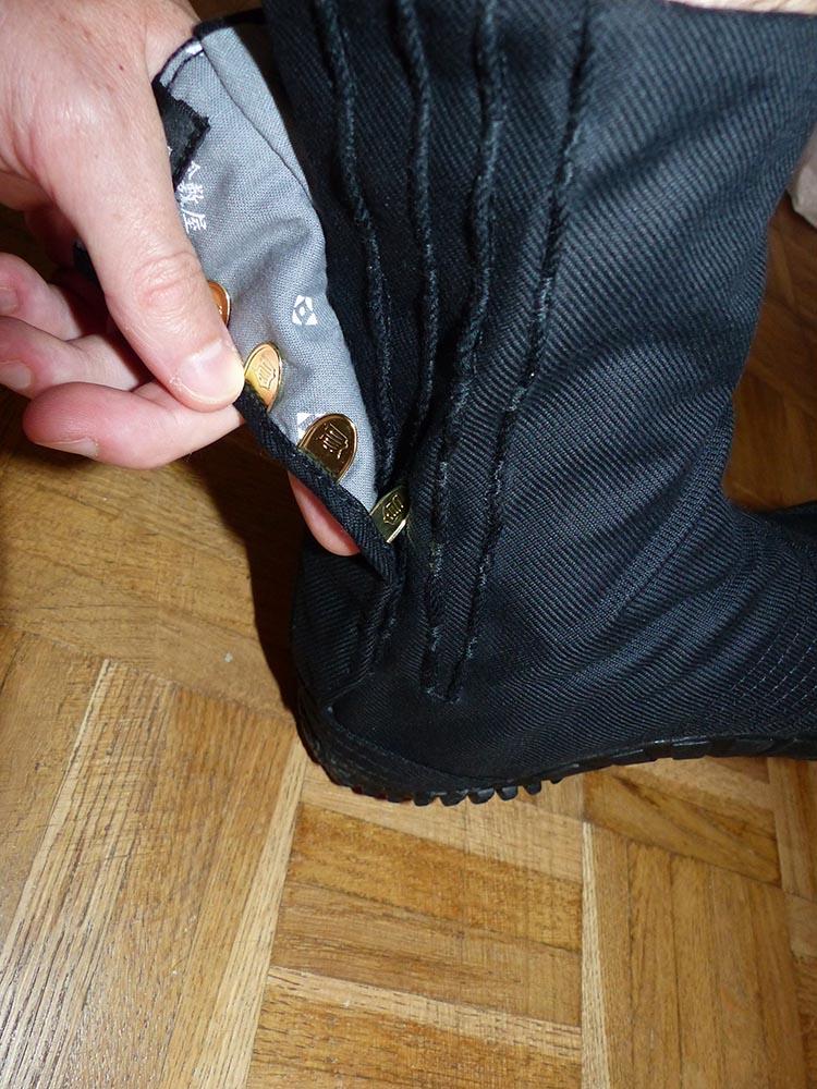 Photo du système de fermeture traditionnel des jika-tabi avec des attaches en laiton