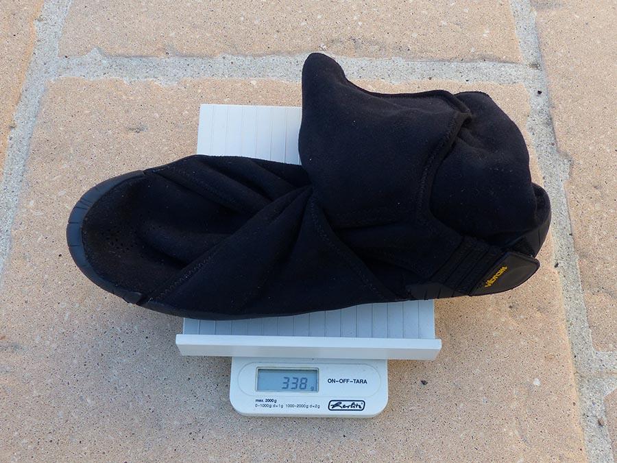 Une balance indique le poids des Furoshiki Eastern Traveler : 338 grammes