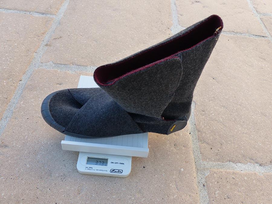 Une balance indique le poids des Furoshiki Russian Felt : 338 grammes