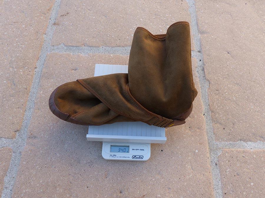 Une balance indique le poids des Furoshiki Classic Shearling : 340 grammes