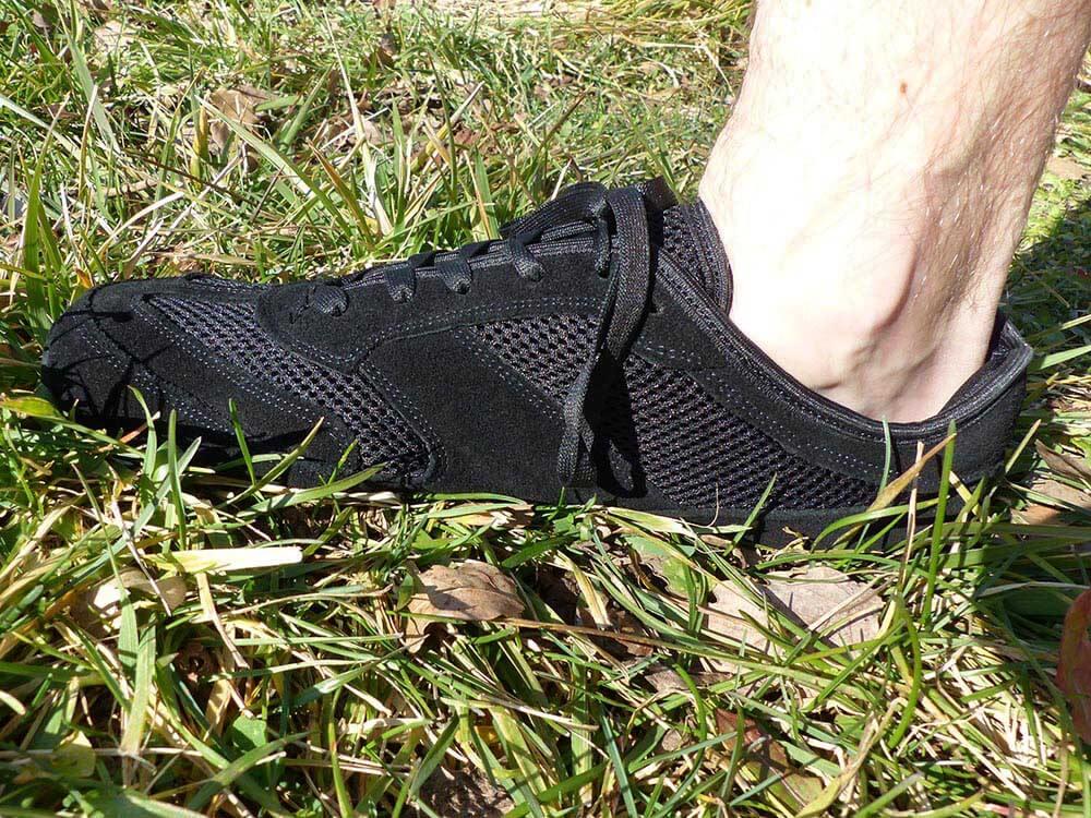 Photo vu de côté des chaussures minimalistes MS Receptor Explorer noir de la marque Magical Shoes